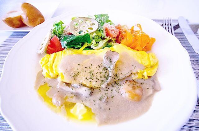 本日の社員食堂 #オムレツのエビと舞茸のクリームソース