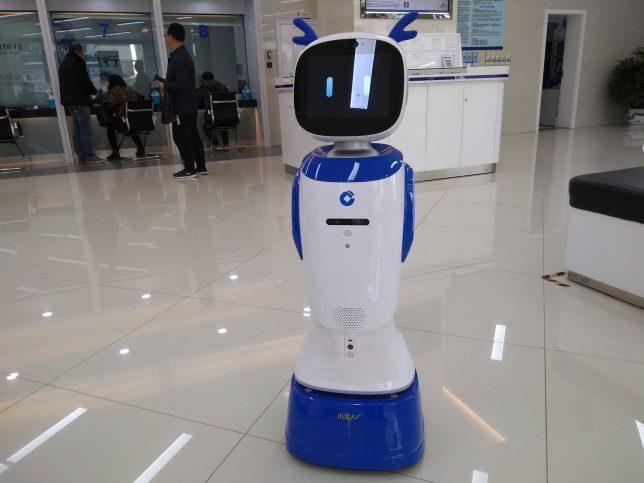 スーパーマリオワールドのブロックみたいな顔をした謎のロボット
