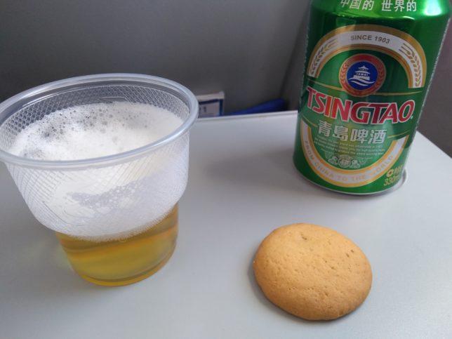 機内で飲む青島ビール